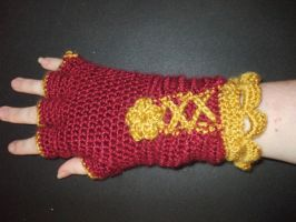 red crochet gloves by EruwaedhielElleth