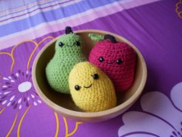 Bowl of crocheted fruits by Amyberry