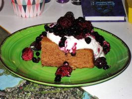 Cinnamon cake with yoghurt cream and berries by Gallerica