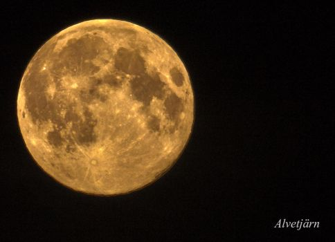 Supermoon in HDR by Zochion