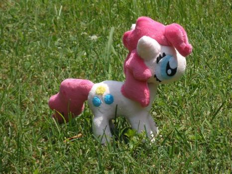 Pinkie Pie in the Field by Glacideas