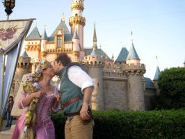 Flynn n Rapunzel Cosplay Kiss by aimeekitty