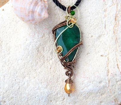 Emerald wire wrapped pendant by IanirasArtifacts