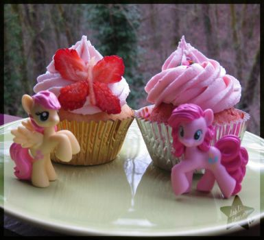 Pony cupcakes: Fluttershy and Pinkie by dahli-lama
