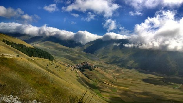 Castelluccio in the morning by Hellle
