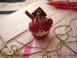 cupcake charm: 5.strawBERRY by Fraise-Bonbon