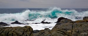 Waves on the rocks by ricardsan