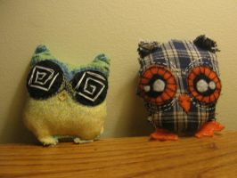 two plushie owls by loveandasandwich