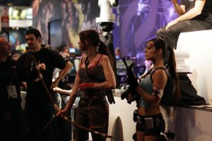 Les Lara Croft devant le stand Game One by AmyAGY