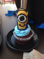 Minion cupcake! by Cartuneslover16