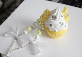 Sunny cupcake with pearls and bows by Charly-chan
