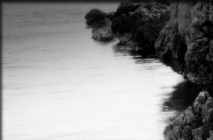 On the rocks bw by Sphongled