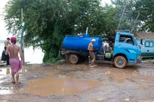 Mekong River pumping water to the trucks by watto58