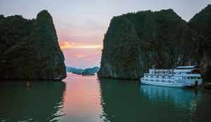 Sunset in  halong  Bay by haimohayon
