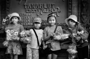 Tanah Lot street sellers by Caravela